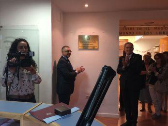 El ex Rector de la Universidad de Salamanca, José Gómez Asencio descubre la placa en el Ayuntamiento de Estepa, junto al alcalde ,Salvador Martín Rodriguez.