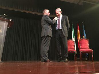 El Profesor José Gómez Asencio y el alcalde de Estepa, Salvador Martín Rodriguez.