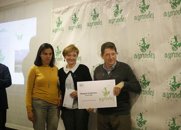 Los premiados con una representante de Asprodes
